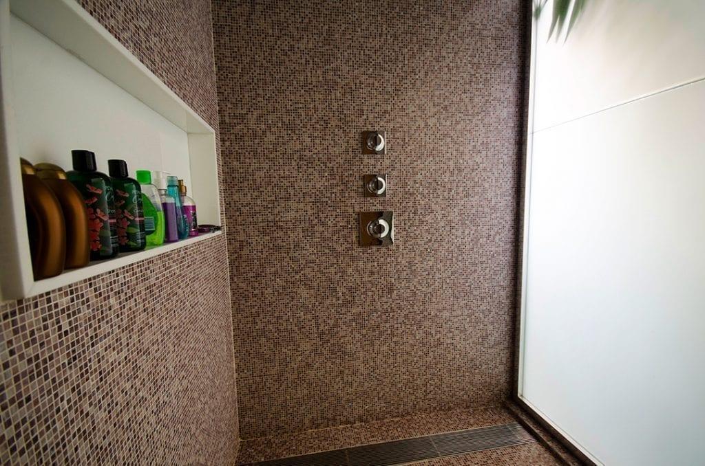 Vidro polarizado em parede de banheiro