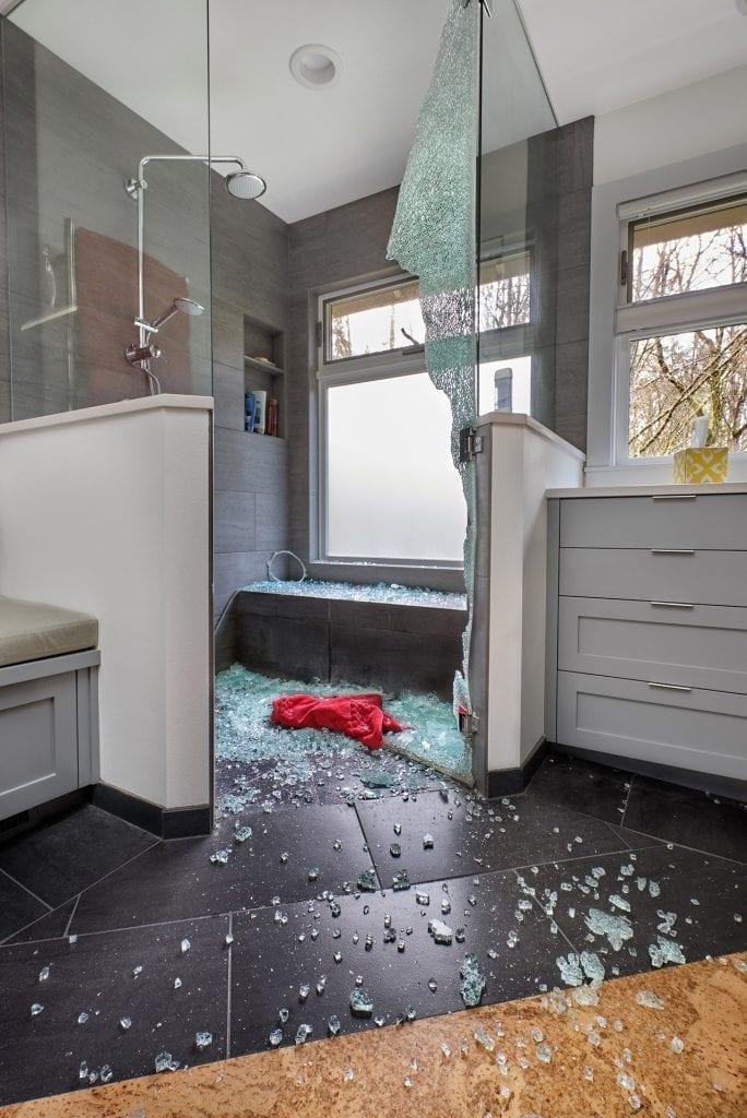 Vidro temperado quebrado em box de banheiro