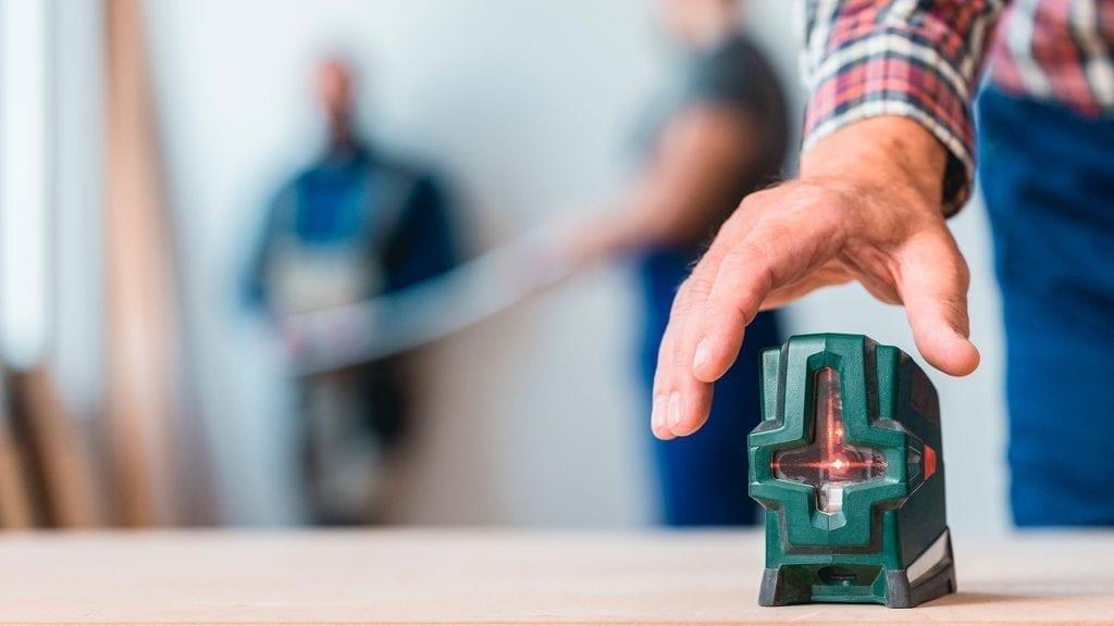 Trena e nível a laser para medição de vidros